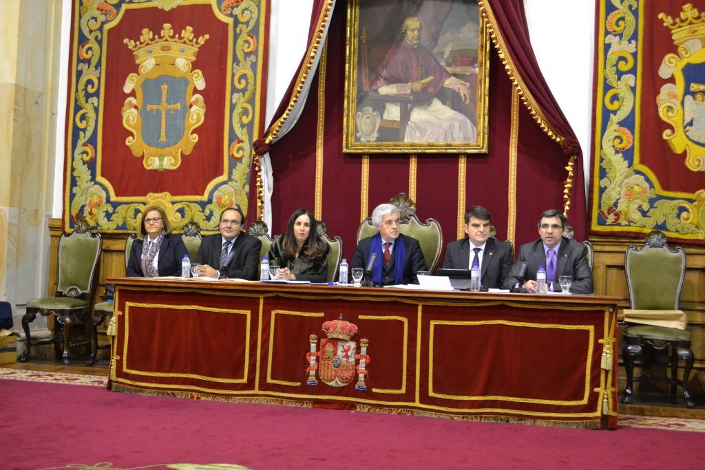 Mesa presidencial del acto de entrega de títulos